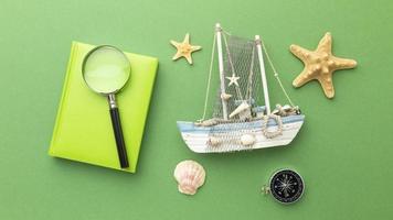 artículos de viaje sobre fondo verde vista superior foto