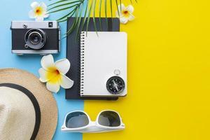 concepto de viaje con artículos y flores. foto