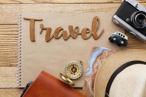 artículos de viaje laicos planos sobre fondo de madera foto