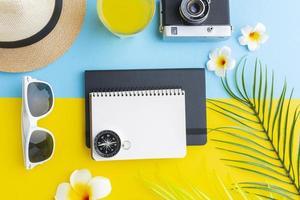 concepto de viaje con flores y artículos. foto