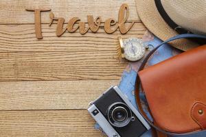 artículos de viaje sobre fondo de madera laicos plana foto
