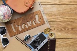 artículos de viaje sobre fondo de madera foto