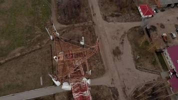 voler autour de la tour de communication des images aériennes d'un hélicoptère video