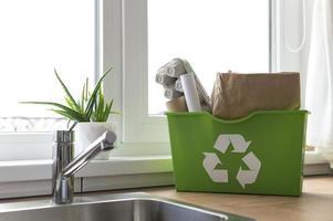 arreglo con papelera de reciclaje en la encimera foto