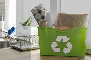 papelera de reciclaje en la encimera foto
