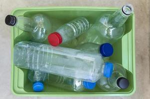 arreglo de botellas de plástico de vista superior foto