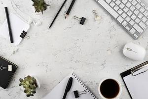arreglo de escritorio elegante con espacio de copia foto