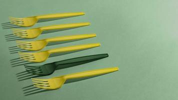 tenedores desechables de alto ángulo sobre la mesa foto
