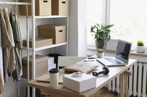 arreglo de escritorio con paquete para computadora portátil foto