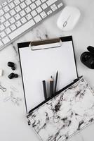 arreglo de artículos de escritorio plano sobre la mesa foto