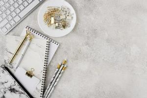 elegante composición de escritorio plano laico foto