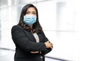 Mujer de negocios asiática con mascarilla nueva normal para comprobar que el paciente protege la seguridad infección brote de coronavirus covid-19 en la sala del hospital de enfermería de cuarentena. foto