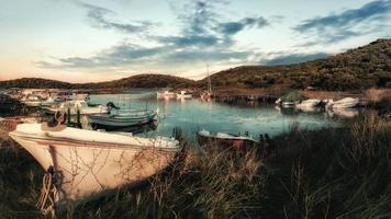 pequeño puerto de embarcaciones de naturaleza. naturaleza puerto de barcos en el mar egeo, grecia. foto