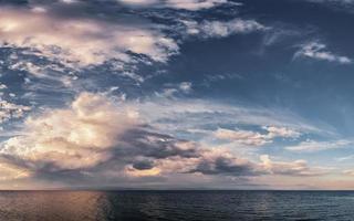 espectacular puesta de sol en mar abierto, cielo panorámico sobre el mar egeo, península kassandra, grecia. foto