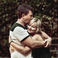 pareja abrazándose y abrazándose al aire libre, linda pareja de enamorados. foto