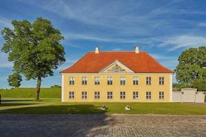 Edificio amarillo de la asociación naval en la fortaleza Kastellet en Copenhague, Dinamarca foto