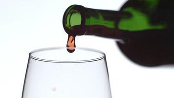 Verter una copa de vino tinto en cámara lenta filmada en phantom flex 4k a 1000 fps video