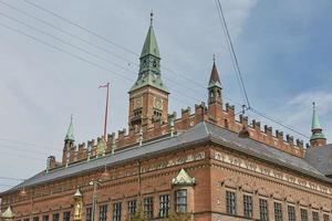 La plaza del ayuntamiento de Copenhague y edificios antiguos en el distrito central, Dinamarca foto
