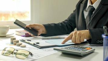 primer plano de un hombre de negocios, un hombre que revisa un informe contable, ideas para calcular los costos y ahorrar dinero. foto