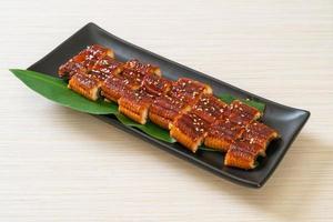 Anguila a la parrilla en rodajas o unagi a la parrilla con salsa -kabayaki - estilo de comida japonesa foto