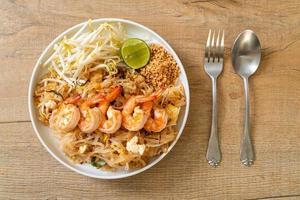 fideos salteados con camarones y brotes o pad thai - estilo de comida asiática foto