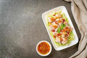 ensalada de cerdo picante o cerdo hervido con salsa de ajo y chile foto