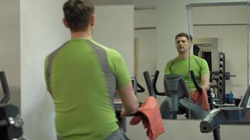homme sur vélo d'exercice dans la salle de gym video