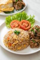 Arroz frito con cerdo a la parrilla - estilo de comida asiática foto