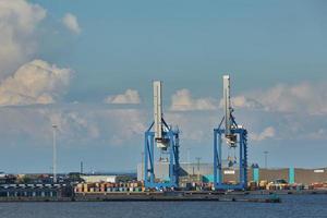 Grúa portuaria carga un contenedor en Copenhague, Dinamarca foto