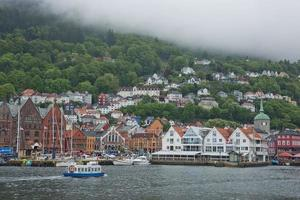 Arquitectura del muelle de la ciudad vieja de Bryggen en Bergen, Noruega foto