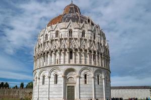El baptisterio de San Giovanni en Pisa en Italia foto