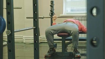 homme, faire, développé couché, dans, fitness, studio video