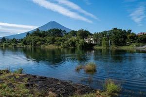 lago kawaguchiko con monte fuji foto