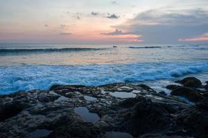El área de la playa de echo en canggu en bali foto