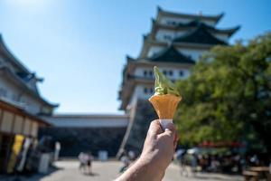 helado de matcha frente al castillo de nagoya foto