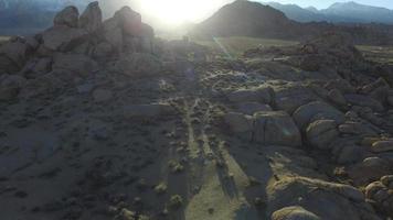 luchtfoto van schilderachtige bergachtige woestijn. video