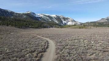 antennskott av spår för ung kvinna i bergen. video