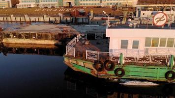 panorera över ett skepp i flodhamnen video
