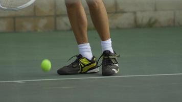 jugador de tenis masculino rebotando pelota de tenis con raqueta. video