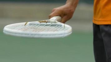 hombre jugando al tenis. video
