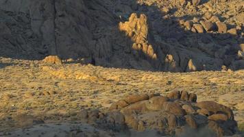 un paysage désertique montagneux. video