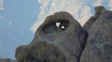 forme de coeur dans la formation rocheuse boulder dans le désert montagneux. video
