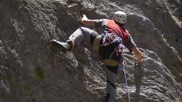um alpinista caindo e sendo salvo por sua corda. video