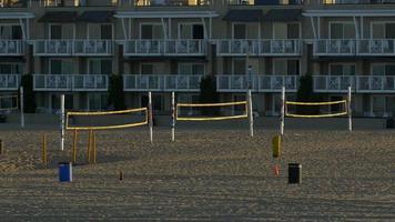 quadras de vôlei estão vazias na praia de hermosa beach, califórnia. video