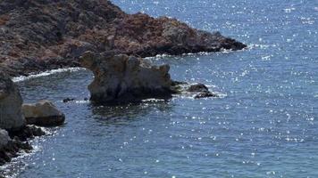 havsvågor stänker mot stenar. stänk av havsvåg mot sten på stranden video
