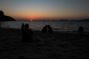 puesta de sol a koh lipe sunset beach en tailandia foto