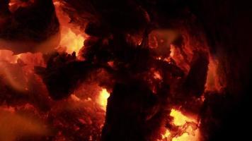 madeira e carvão fogo cores de magma em um fogão a lenha video