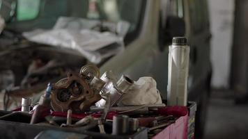 tiro de boneca de peças de carro quebradas e pedágios de equipamentos de reparo na oficina video