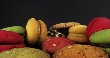close-up de macarons coloridos e biscoitos de chocolate video