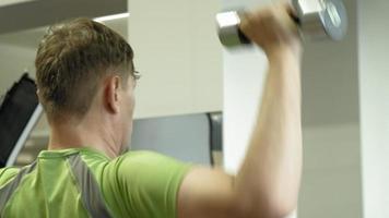 l'homme dans la salle de gym fitness et sport mode de vie sain video